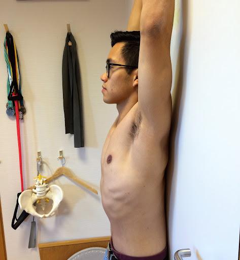 schouders tegen muur